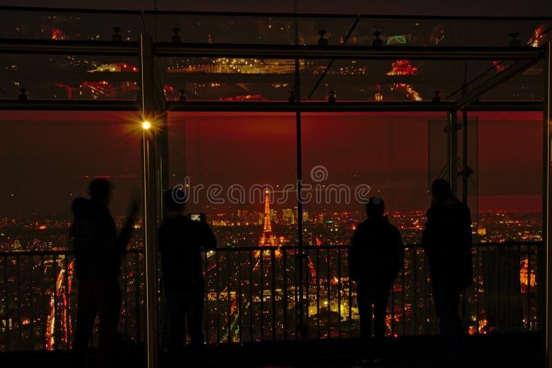 Visningplattform av den Montparnasse skyskrapan i Paris på natten arkivbild