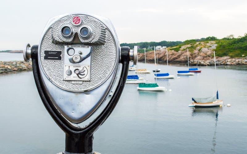Visor da torre do vintage que negligencia um porto pequeno com veleiros imagens de stock