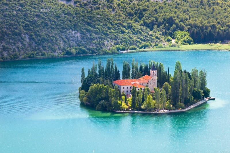 Visovac kloster i den Krka nationalparken, Kroatien arkivbilder