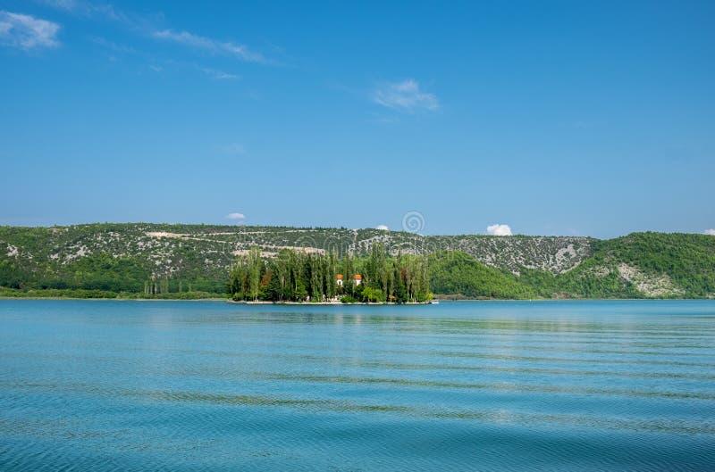 Visovac kloster på ön av Visovac, Krka nationalpark, Kroatien arkivfoton