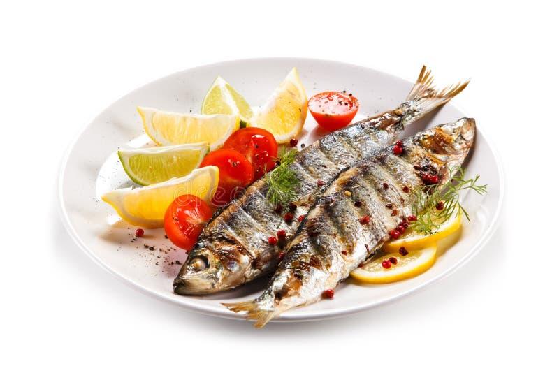 Visschotel - geroosterde haringen met groenten stock afbeeldingen