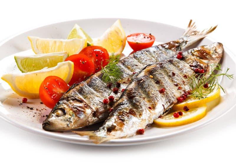 Visschotel - geroosterde haringen met groenten royalty-vrije stock afbeeldingen
