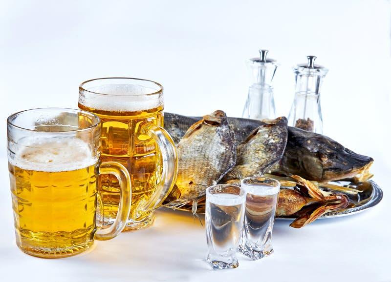 Vissen, biermokken en droge vissen royalty-vrije stock afbeeldingen