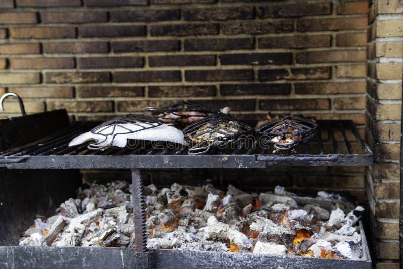 Vissen bij de grill stock foto's