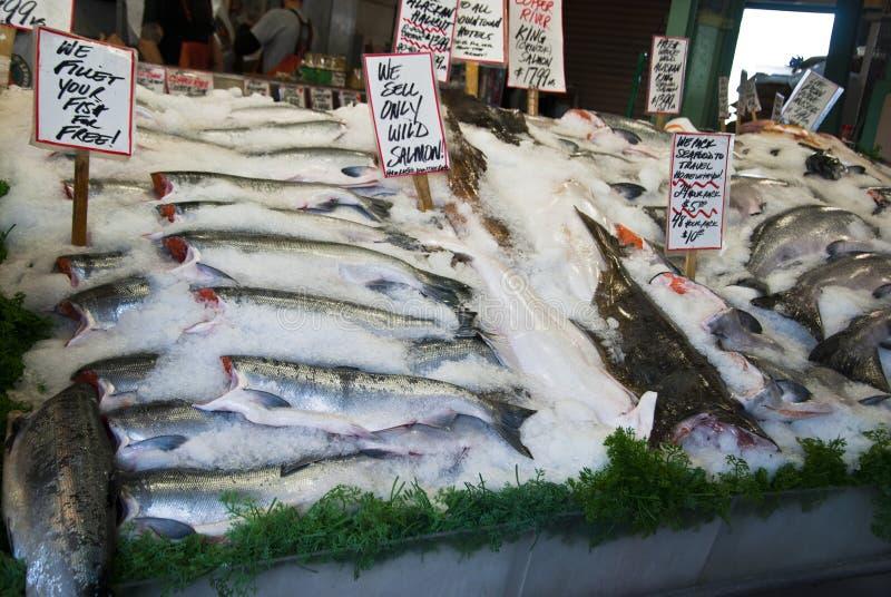 Vissen bij markt stock fotografie