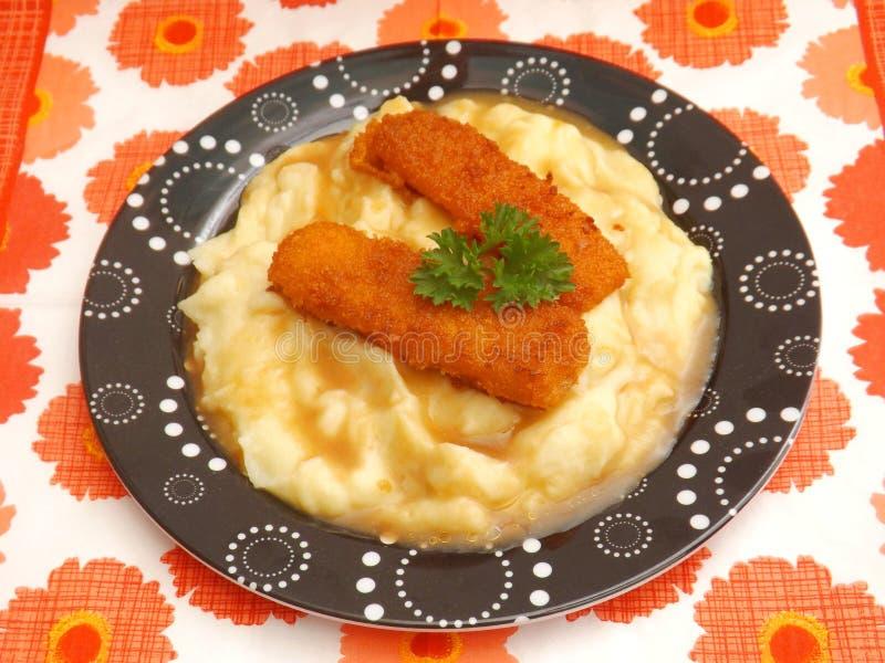 Vissen en aardappels stock foto's