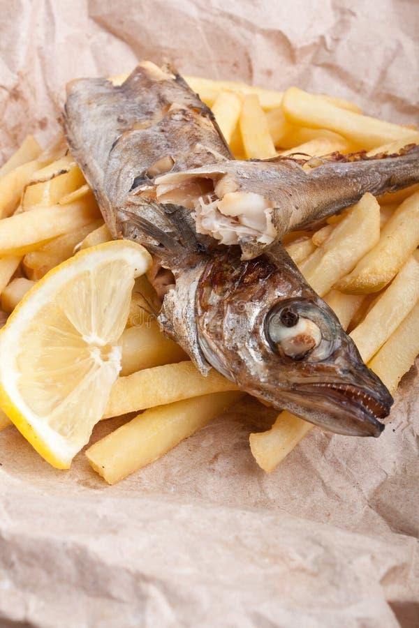 Vissen en Gebraden gerechten op pakpapier stock foto