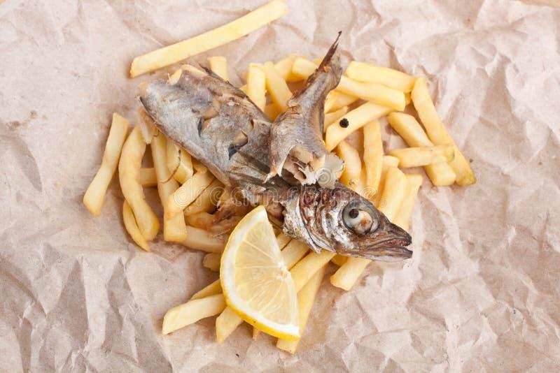Vissen en Gebraden gerechten op pakpapier royalty-vrije stock foto