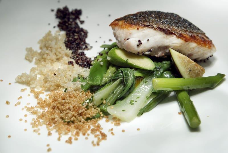Vissen en groentenplaat stock foto's