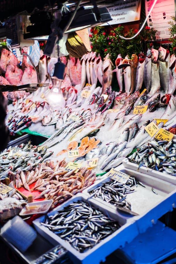 Vissen en schaaldierenstraatwinkel op Kadikoy-gebied, Istanboel stock afbeeldingen