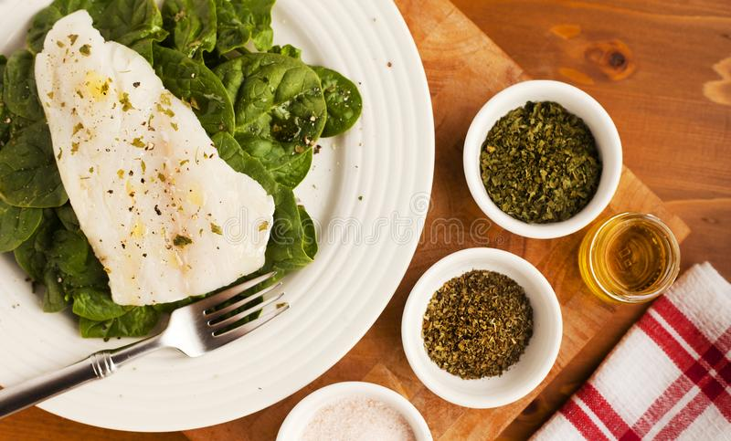 Vissen en Spinazielunch met Maagdelijke Olive Oil stock foto's
