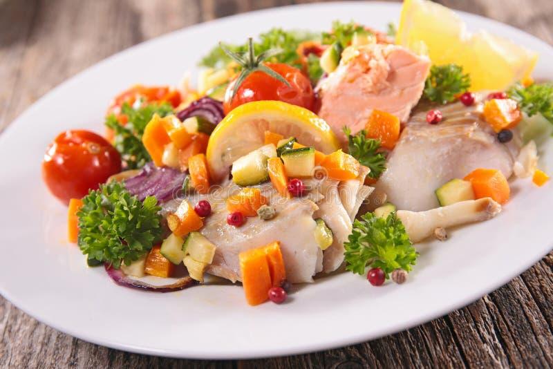 Vissen en vegetarische maaltijd stock foto