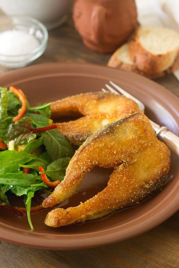 Vissen in graanbloem worden, met salade, brood en wijn wordt gediend gebraden die royalty-vrije stock foto