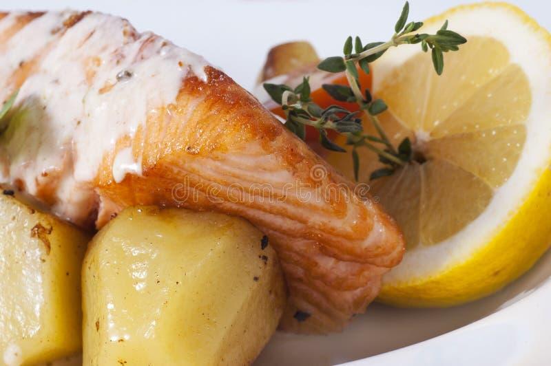 Vissen met aardappels royalty-vrije stock afbeeldingen