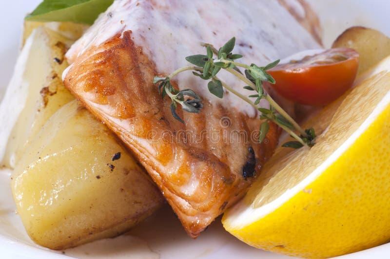 Vissen met aardappels royalty-vrije stock fotografie