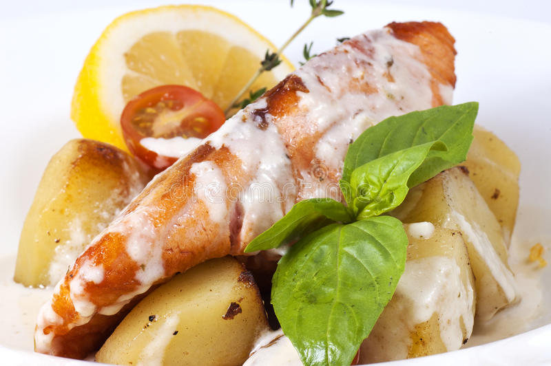 Vissen met aardappels stock foto's