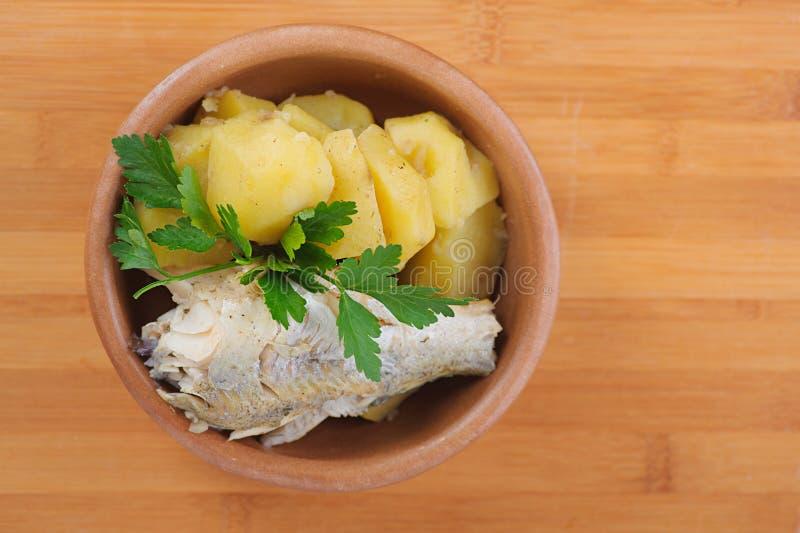 Vissen met gekookte aardappels royalty-vrije stock foto's