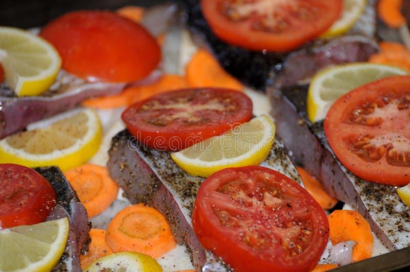 Vissen met tomaat stock foto's