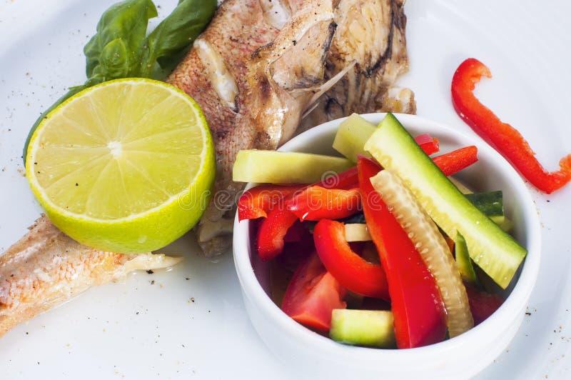 Vissen met verse groenten stock fotografie