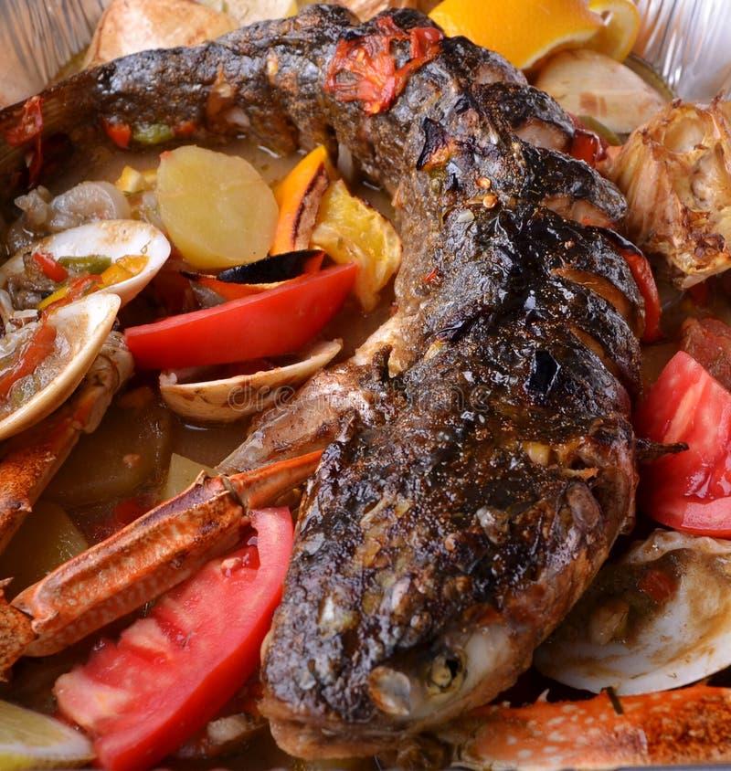 Vissen op oven met groenten royalty-vrije stock afbeeldingen