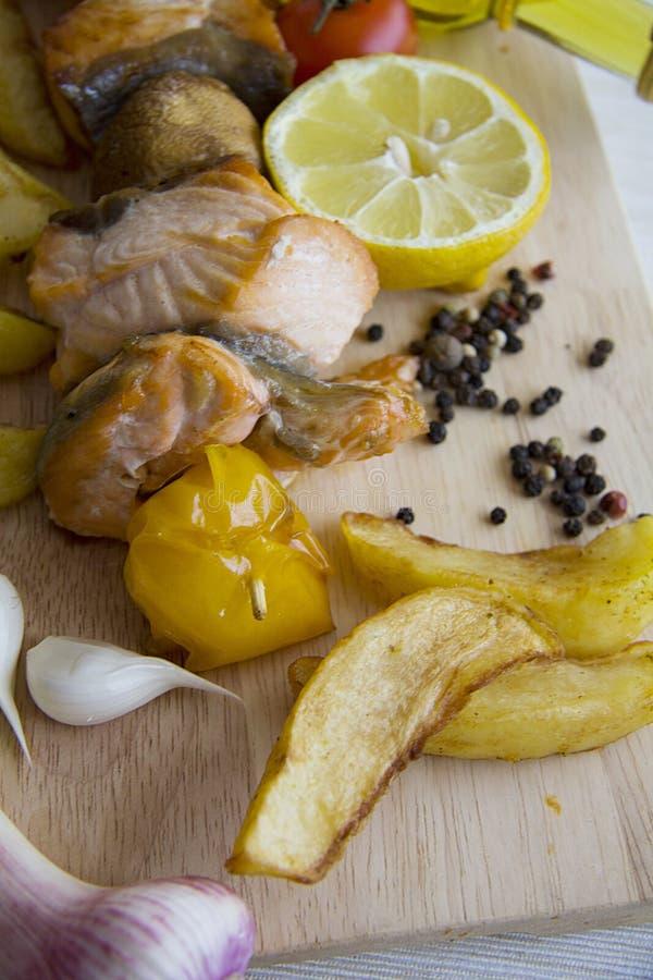 Vissen shashlik met diverse ingrediënten stock foto's