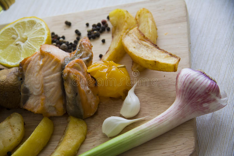 Vissen shashlik op houten raad stock afbeeldingen
