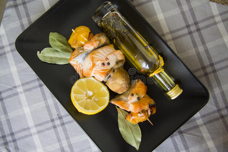 Vissen shishkabob met olijfolie royalty-vrije stock foto's