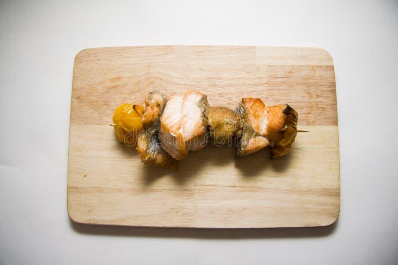 Vissen shishkabob op een vleespen stock fotografie