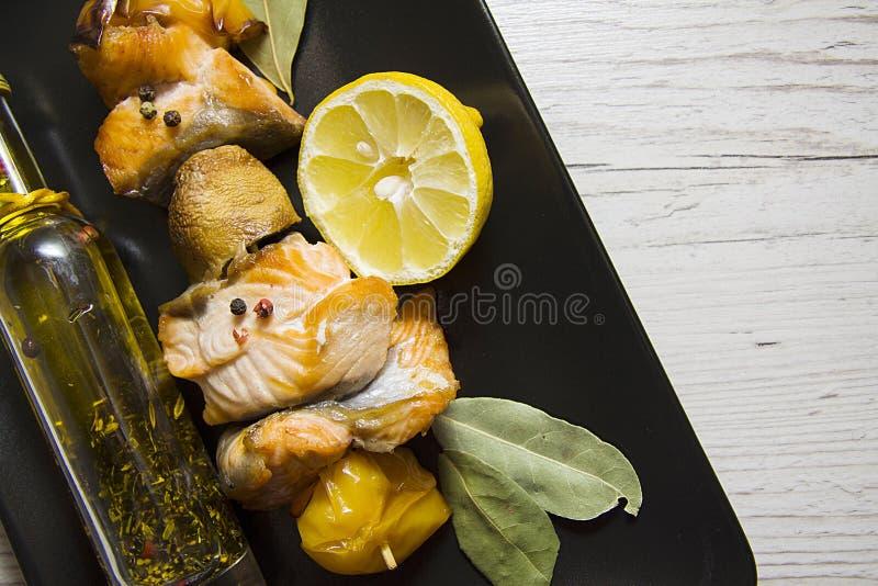 Vissen shishkabob op zwarte plaat royalty-vrije stock afbeeldingen