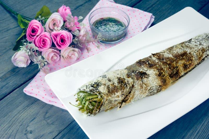 Vissen van grill de gestreepte snakehead met met een laag bedekt zout, filtereffect stock afbeelding