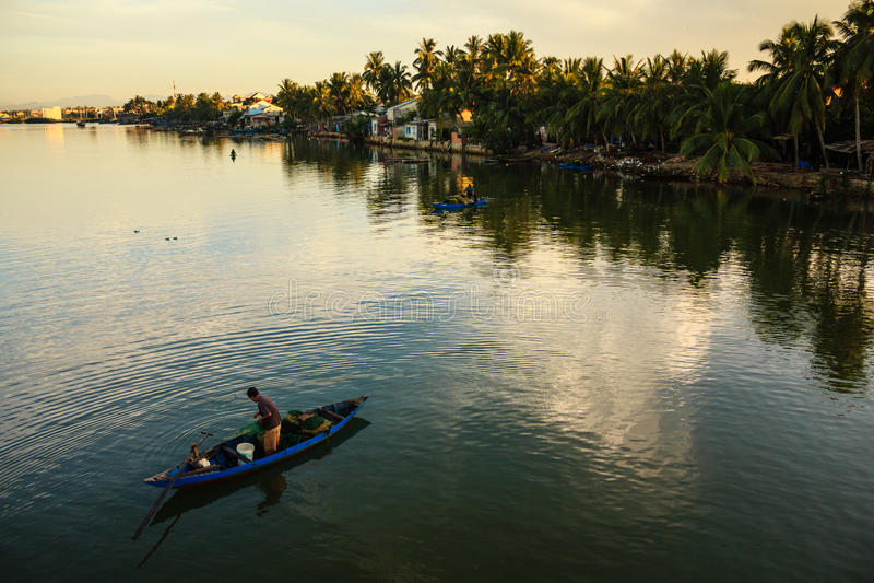 Vissend bij Thu Bon-rivier, Quang Nam, Vietnam stock foto's