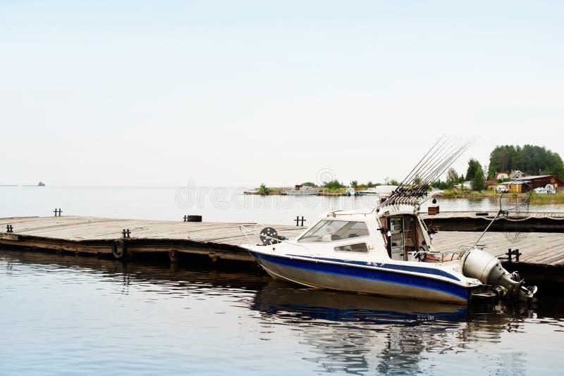 Vissend het met een sleeplijn vissen boot op een bosmeer, afgesloten aardvakantie stock afbeeldingen