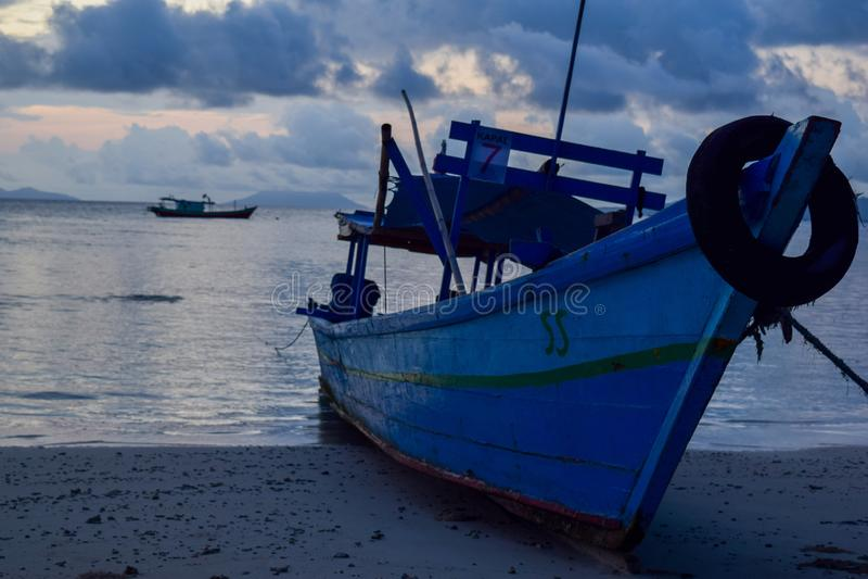 vissend houten boot dichtbij pahawang eiland Bandar Lampung indonesië royalty-vrije stock afbeelding
