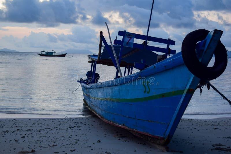 vissend houten boot dichtbij pahawang eiland Bandar Lampung indonesië stock foto's