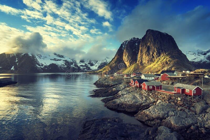 Vissend hut bij de lentezonsondergang - Reine, Lofoten-eilanden royalty-vrije stock afbeelding