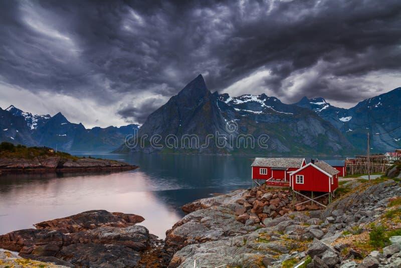 Vissend hut in Hamnoy - Reine, Lofoten-eilanden, Noorwegen royalty-vrije stock afbeelding