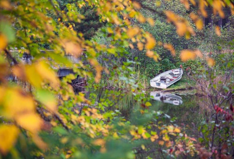 Vissend roeiboot langs de meerkust die wordt geparkeerd royalty-vrije stock foto's
