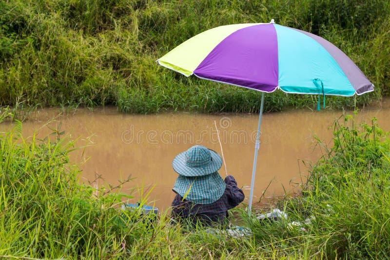 Vissende kleurrijke paraplu royalty-vrije stock fotografie