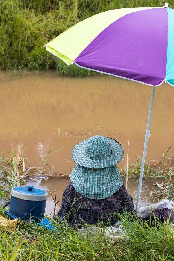 Vissende kleurrijke paraplu stock afbeeldingen