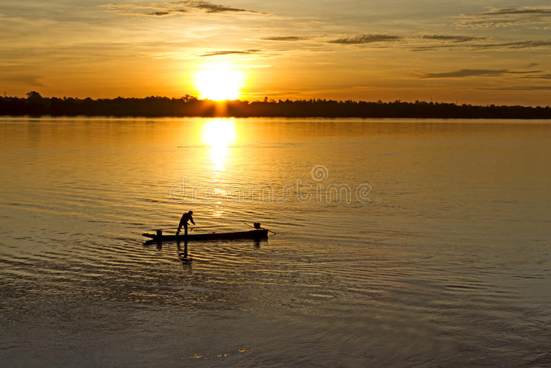 Vissende mens en kleine boot stock fotografie