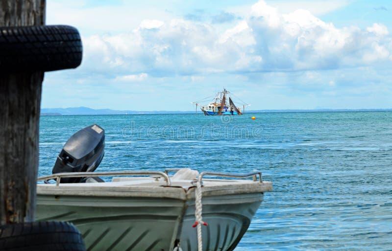 Vissende treiler & motorbootrubberboot op zee stock fotografie