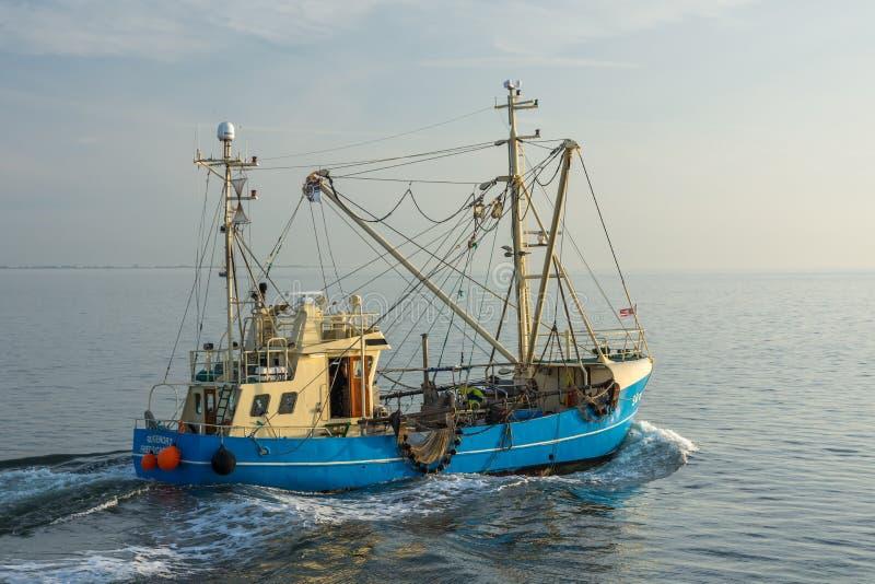 Vissende Treiler, Noordzee stock afbeeldingen