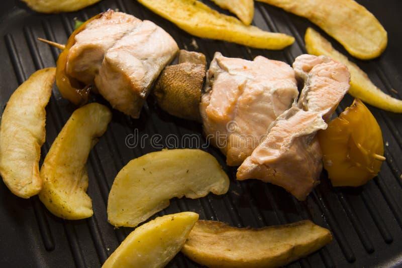 Vissenkebab bij de grill royalty-vrije stock fotografie