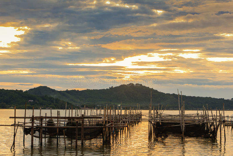 Vissenkooi bij Songkhla-meer in avond; Sonkhlaprovincie, Thailand royalty-vrije stock foto