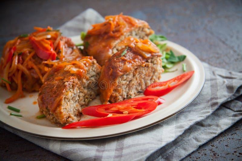Vissenkoteletten met tomatensaus royalty-vrije stock afbeelding