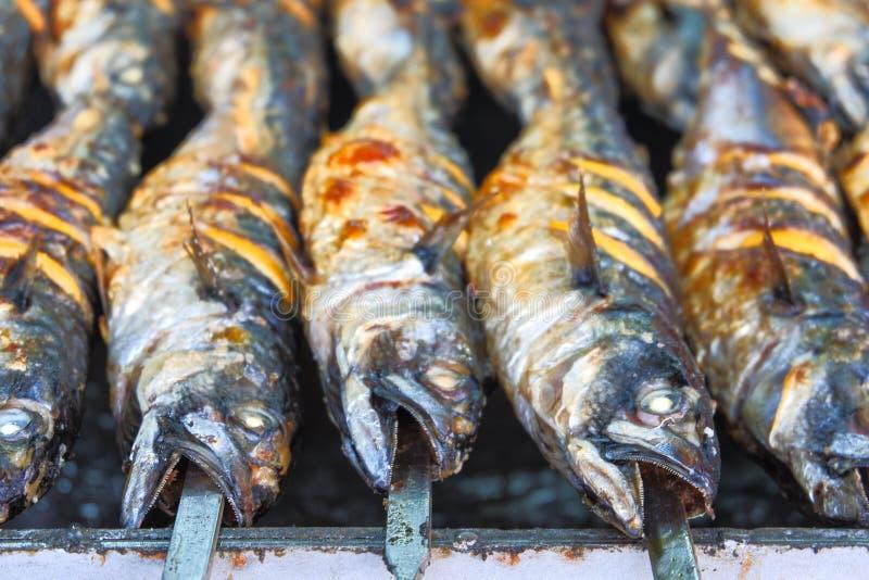Vissenmakreel op de grill op vleespennen met citroen royalty-vrije stock foto