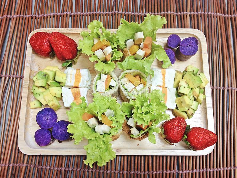 Vissentofu salade met avocadosalade stock foto
