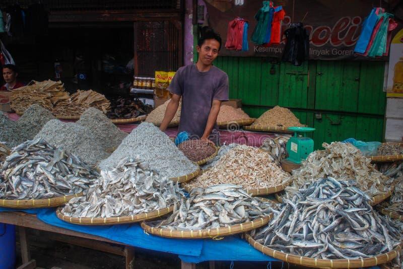 Vissenverkopers in de lokale Indonesische authentieke en kleurrijke straatmarkt royalty-vrije stock foto's