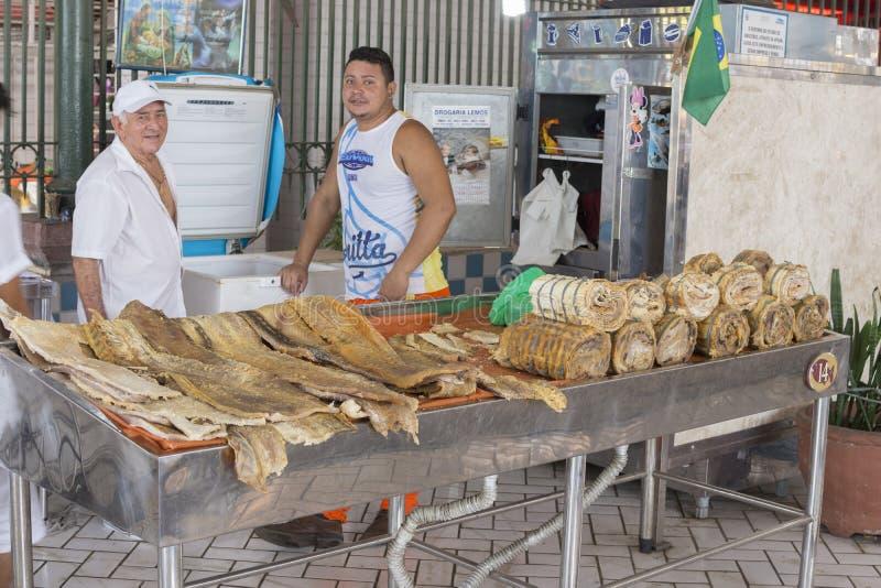Vissenverkopers in Mercado Adolfo Lisboa in Manaus stock foto's