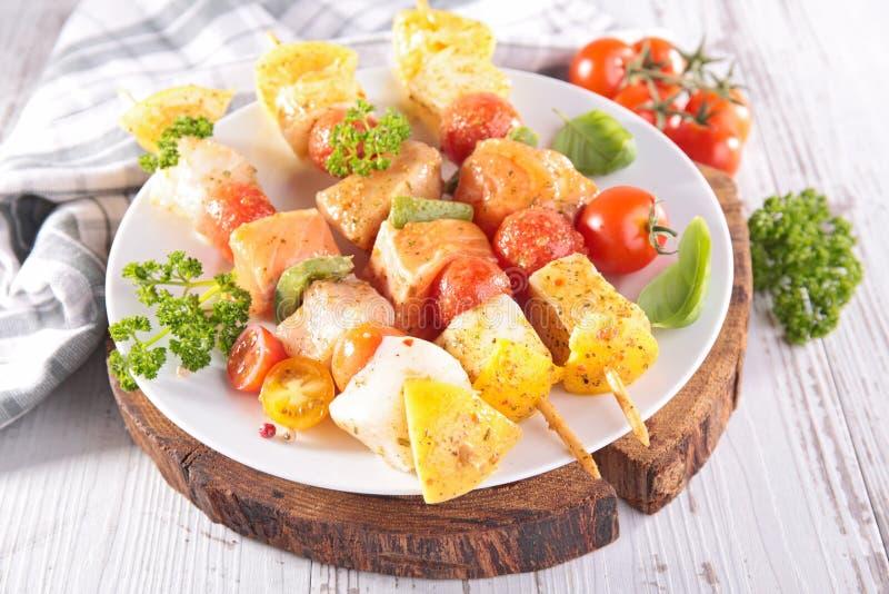 Vissenvleespen, barbecue en basilicum stock fotografie